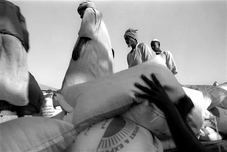 Přístavní dělníci vykládají pytle s potravinami z lodi v Port Súdánu. Ilustrační foto